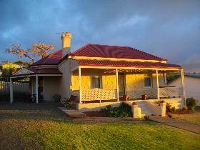 Charlie Bates Cottage - VIC Tourism